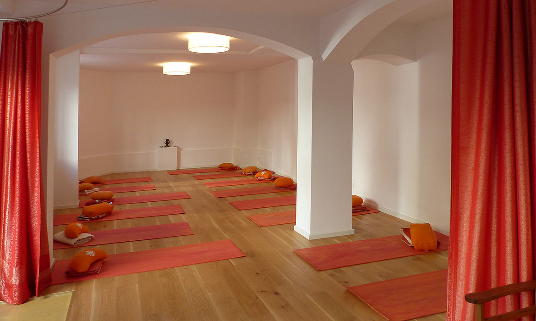 Yogapraxis München Raum mit Matten